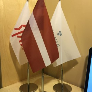 Galda karogi un statīvi